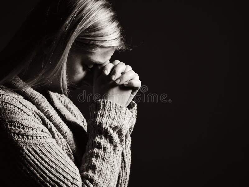Mulher Praying imagem de stock royalty free