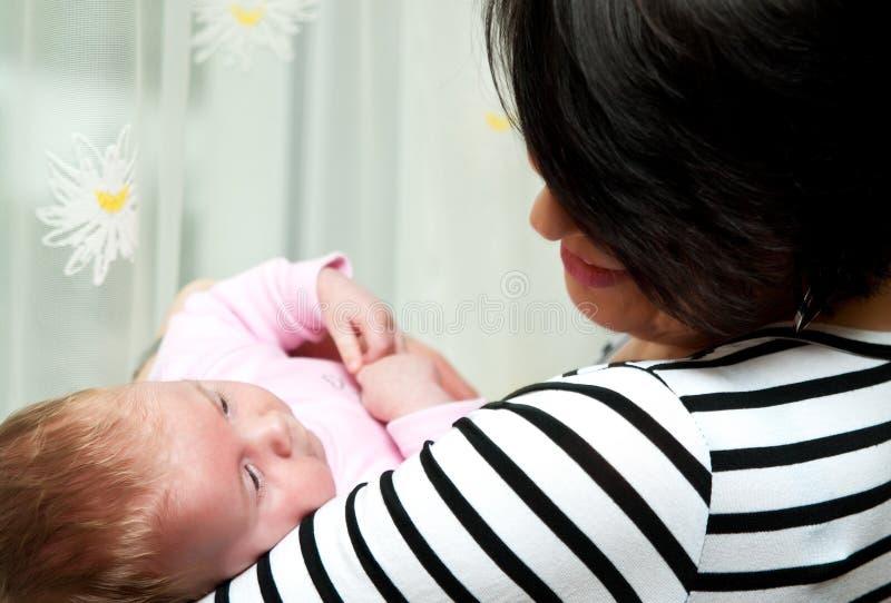 A mulher prende o bebê imagem de stock royalty free