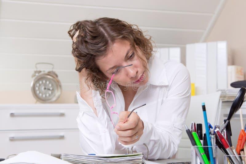 Mulher preocupada excesso de trabalho fotos de stock