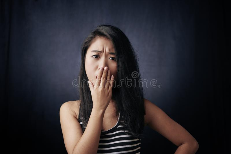 Mulher preocupada nova foto de stock