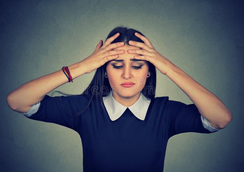 A mulher preocupada nova tem a dor de cabeça fotografia de stock