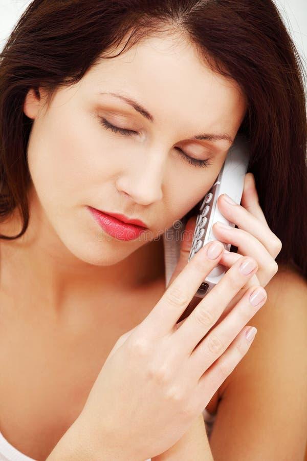 Mulher preocupada que fala no telefone. imagens de stock