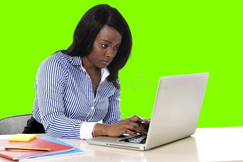 A mulher preta atrativa e eficiente da afiliação étnica no escritório isolou a tela verde da chave do croma imagem de stock