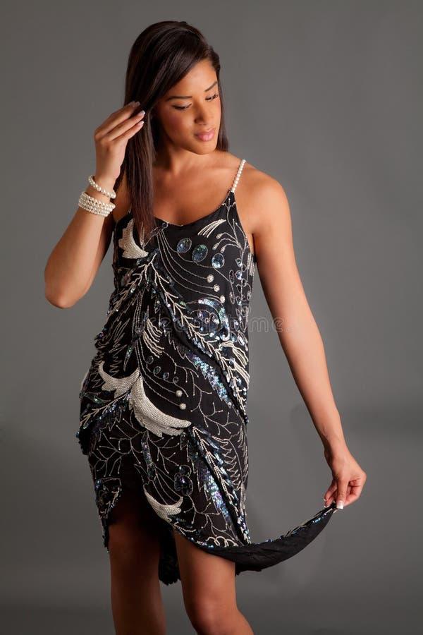 Mulher preta bonita, elegante no vestido fotos de stock