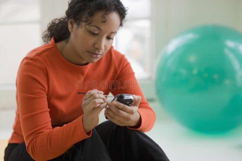 Mulher preta bonita que texting fotos de stock