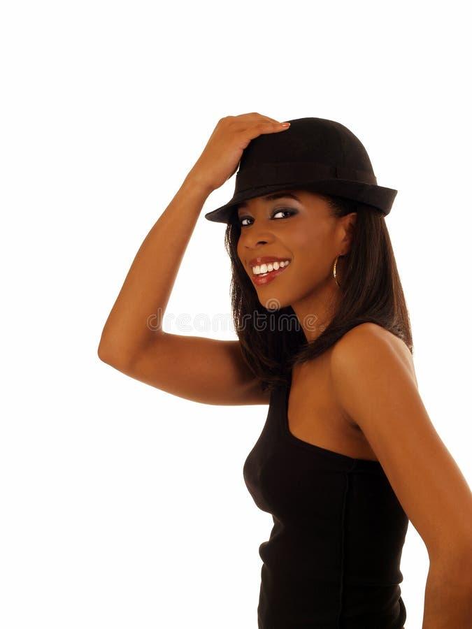 Mulher preta de sorriso magro nova no chapéu imagens de stock royalty free