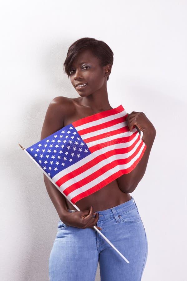 Mulher preta em topless com a bandeira nacional americana imagens de stock royalty free