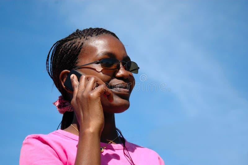 Mulher preta no telefone fotografia de stock royalty free