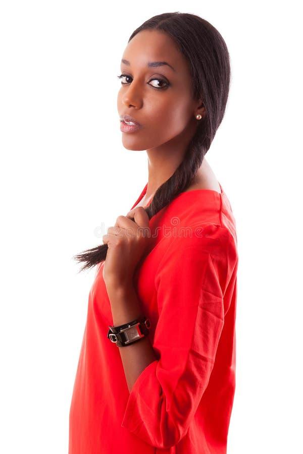 Mulher preta nova bonita no vestido vermelho foto de stock