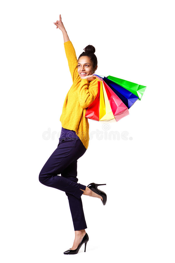 Mulher preta nova Excited com sacos de compra imagens de stock royalty free