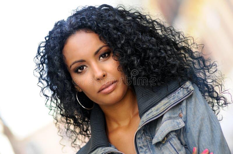Mulher preta nova, penteado afro fotografia de stock