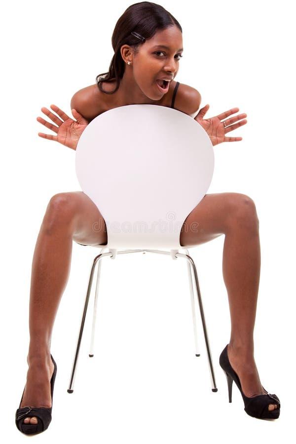 Mulher preta nova 'sexy' que levanta na cadeira fotos de stock