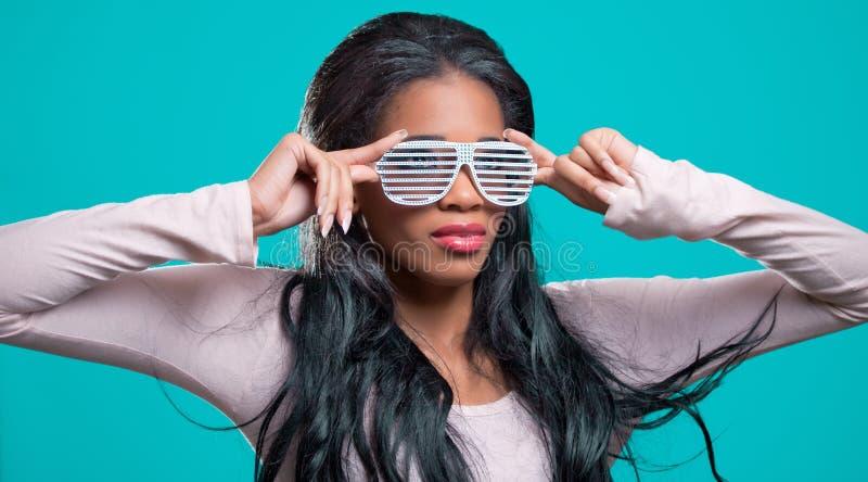 Mulher preta nova, sunglass extravagantes desgastando fotos de stock royalty free