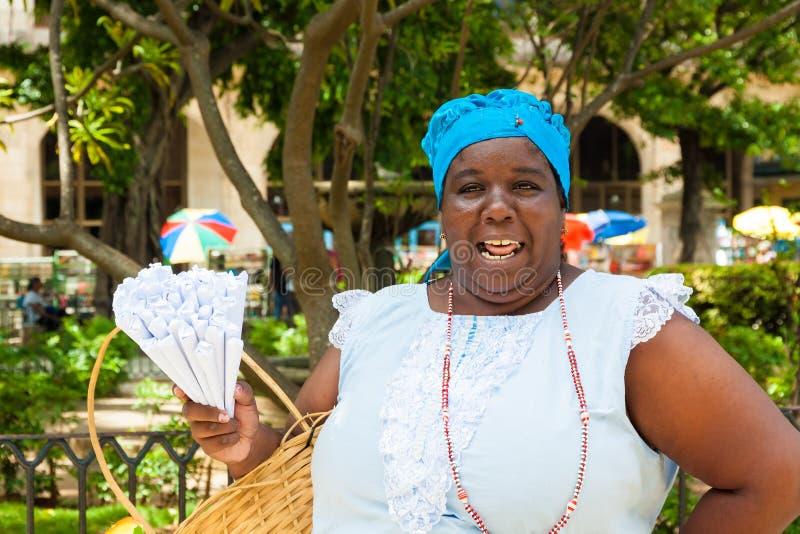 Mulher preta que vende amendoins roasted em Havana fotografia de stock royalty free