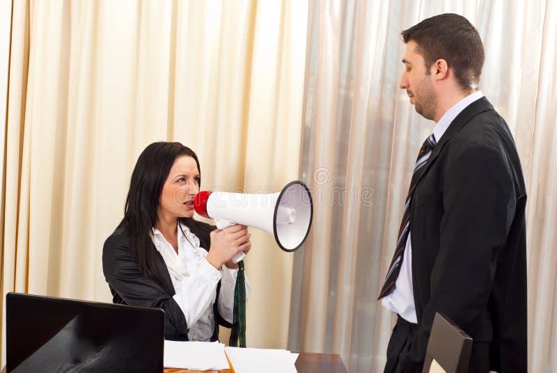 Mulher principal furioso com megafone fotografia de stock