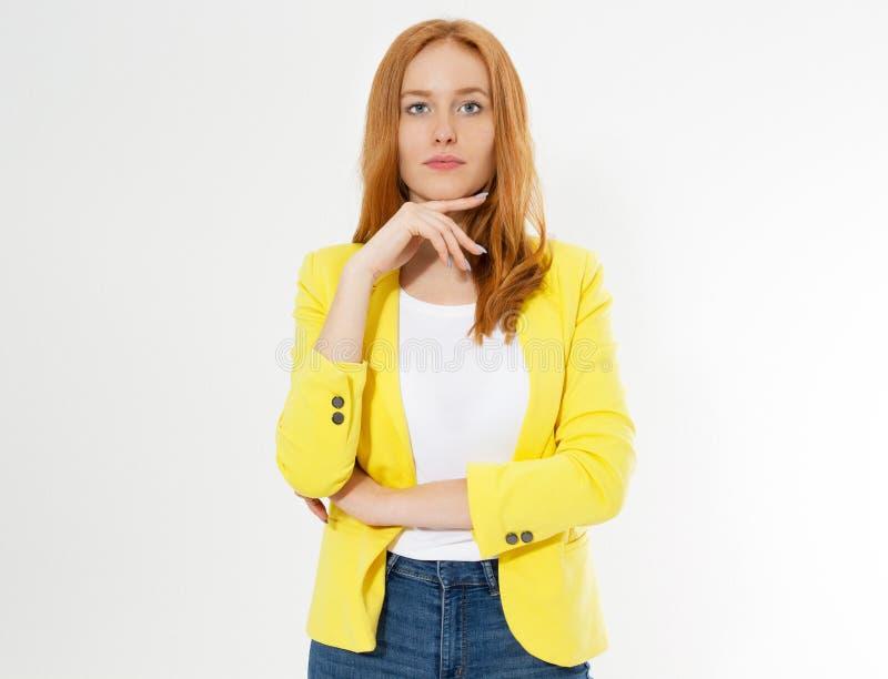 Mulher principal vermelha nova bonita feliz em um espa?o ? moda da c?pia do revestimento amarelo Menina vermelha atrativa do cabe imagem de stock