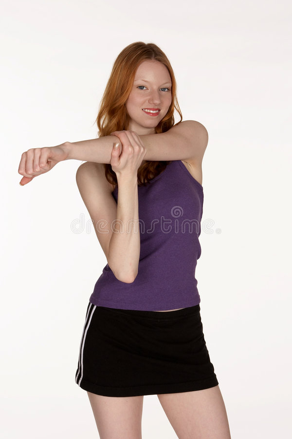 Mulher principal vermelha que estica o músculo do ombro imagens de stock royalty free
