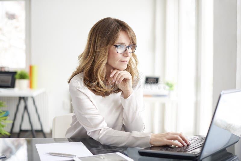 Mulher profissional confiável imagens de stock royalty free