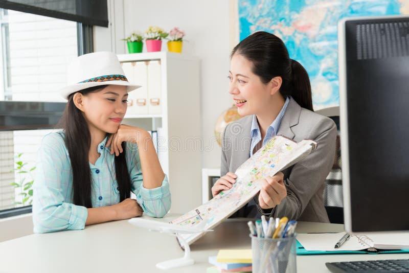 Mulher profissional do trabalhador do negócio que guarda o mapa imagens de stock royalty free