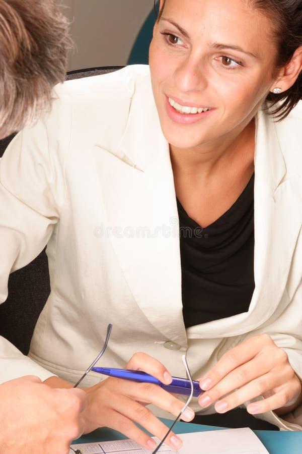 Mulher profissional feliz, sorrindo, falando com homem imagens de stock