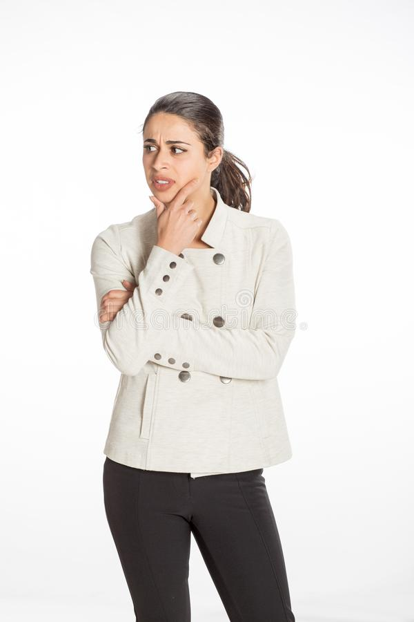 A mulher profissional nova vestiu-se para o negócio com vista dobrada os braços séria Grande conceito para o trabalho, o negócio  imagem de stock royalty free
