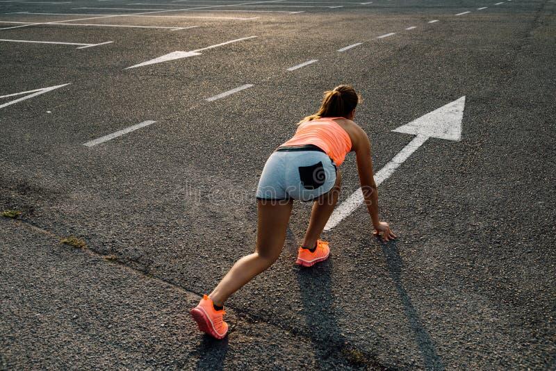 Mulher pronta para correr no asfalto imagens de stock royalty free