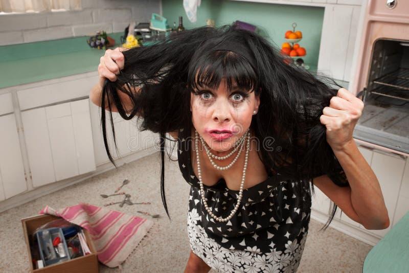 A mulher puxa seu cabelo fotos de stock