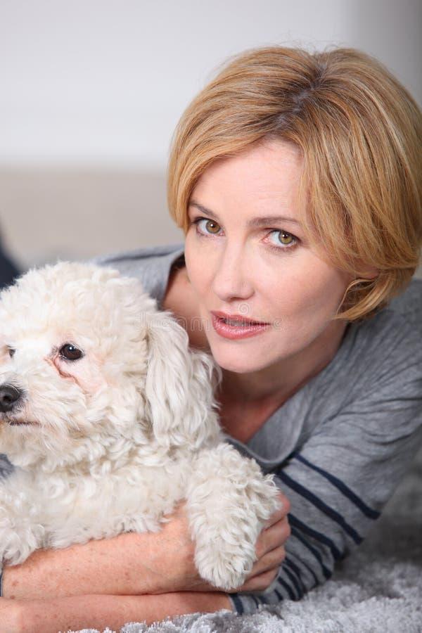 Mulher que abraça seu cão foto de stock royalty free