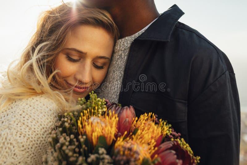 Mulher que abraça seu homem com amor foto de stock royalty free