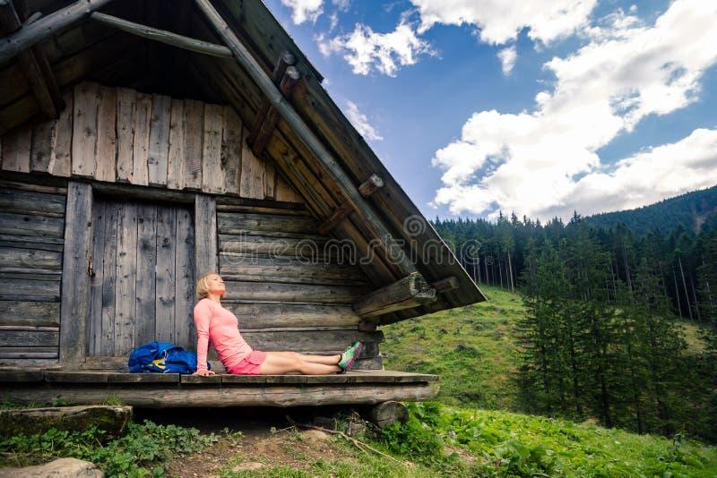 Mulher que acampa e que olha a paisagem inspirador da montanha foto de stock