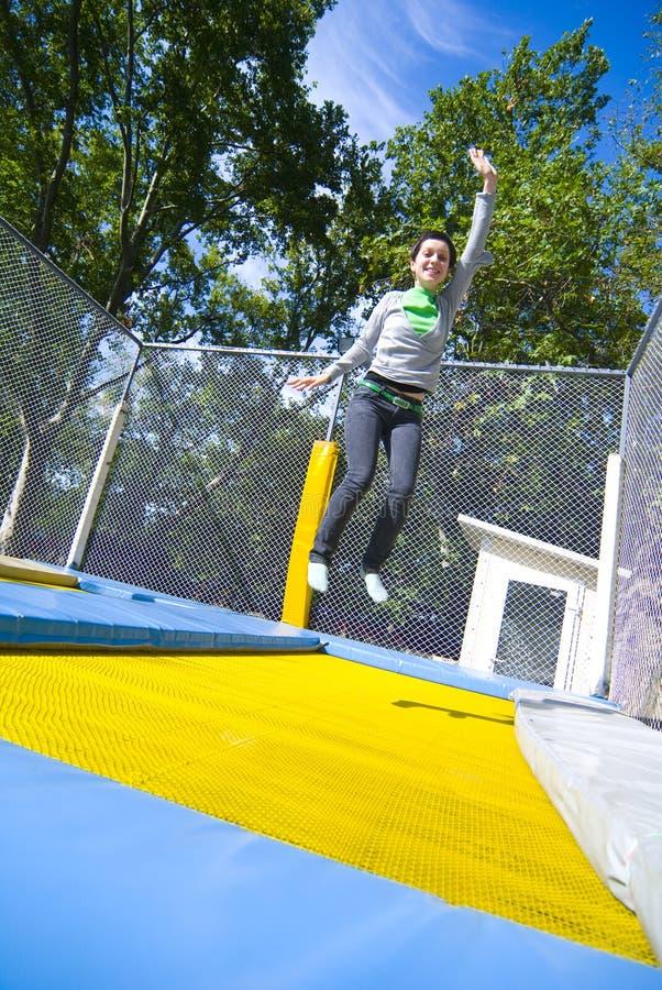 Mulher que acena no trampoline imagens de stock royalty free