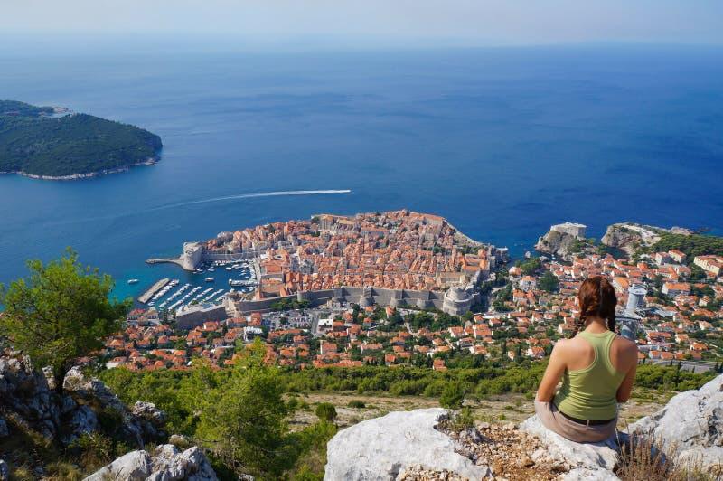 Mulher que admira Dubrovnik fotos de stock royalty free