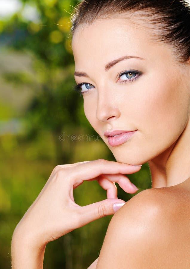 Mulher que afaga sua pele limpa fresca da face imagem de stock