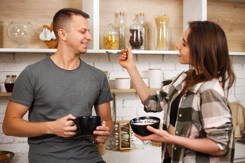 Mulher que alimenta seu noivo com farinha de aveia fotos de stock royalty free