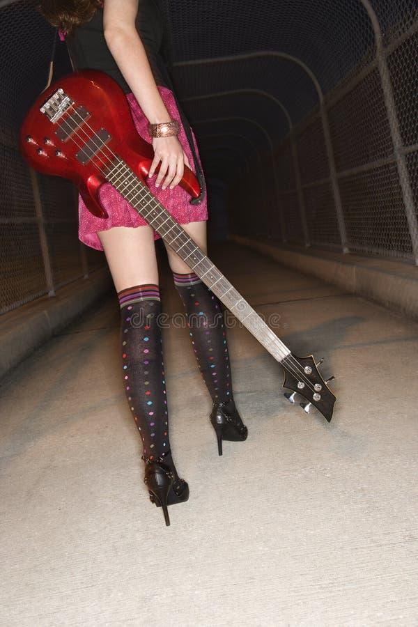 Mulher que anda com guitarra. fotos de stock royalty free