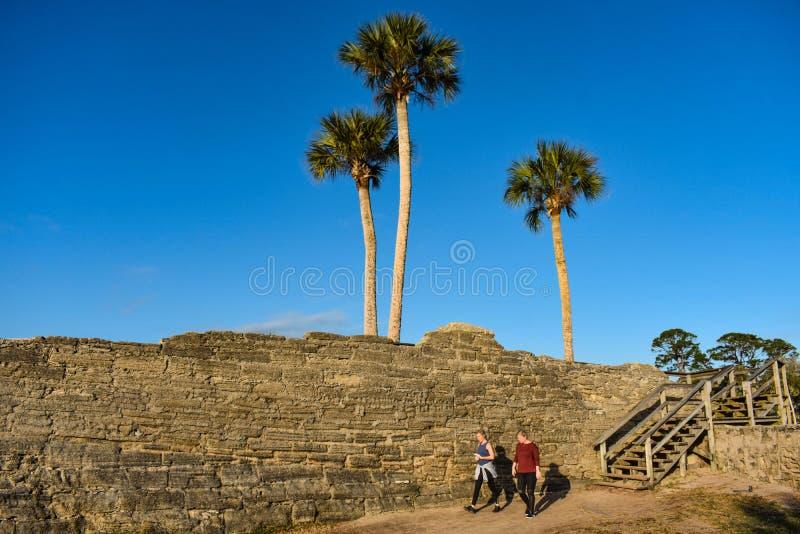 Mulher que anda na área de Castillo de San Marcos Fort na costa histórica de Florida imagens de stock