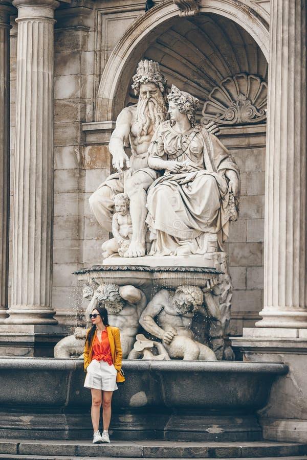 Mulher que anda na cidade Turista atrativo novo fora na cidade italiana imagens de stock
