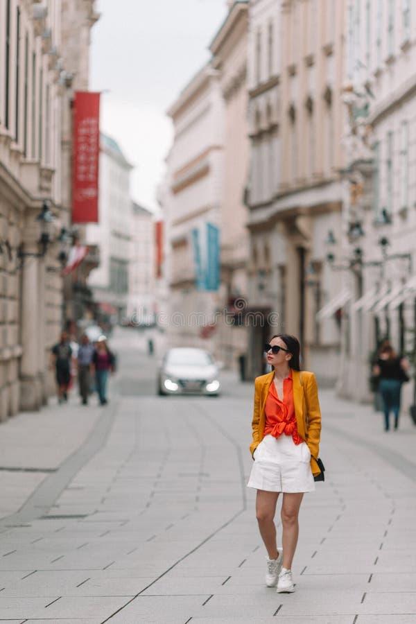 Mulher que anda na cidade Turista atrativo novo fora na cidade italiana foto de stock