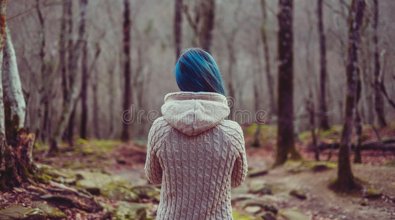 Mulher que anda na floresta fotos de stock royalty free