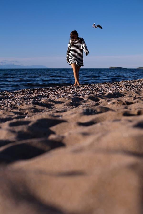 Mulher que anda na praia foto de stock royalty free