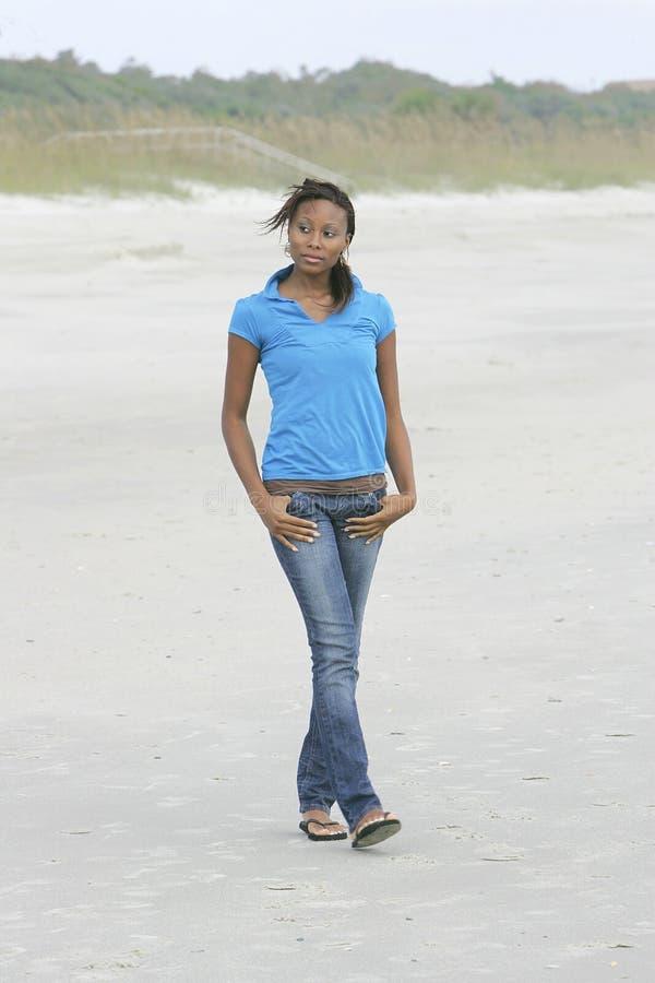 Mulher que anda na praia imagens de stock royalty free