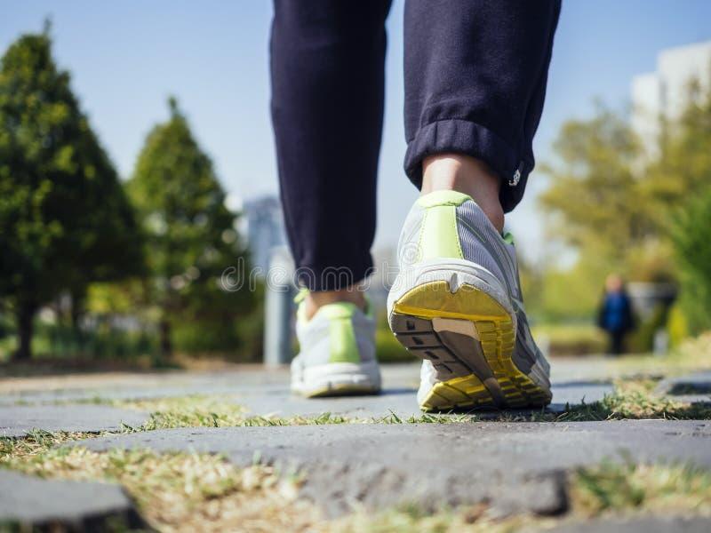 Mulher que anda no estilo de vida saudável movimentando-se exterior do exercício do parque fotografia de stock royalty free