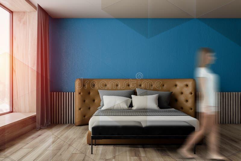 Mulher que anda no quarto azul imagens de stock royalty free