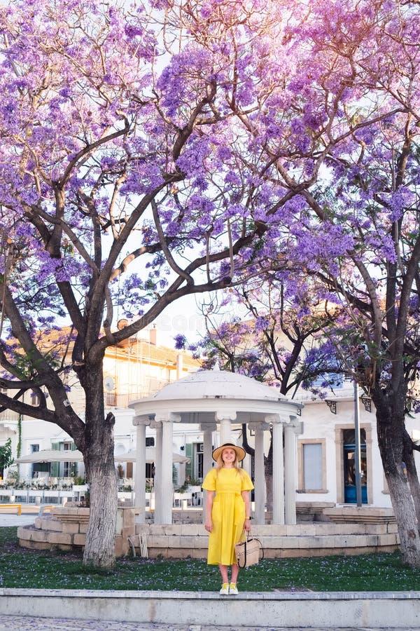 Mulher que anda no vestido amarelo na cidade velha de Paphos fotos de stock