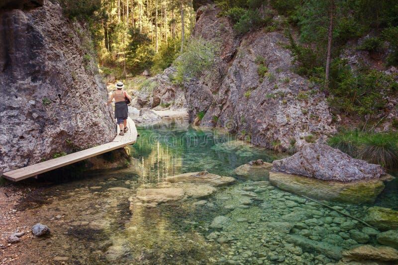 Mulher que anda pelo Parrizal em Beceite, reserva natural, Matarr foto de stock royalty free