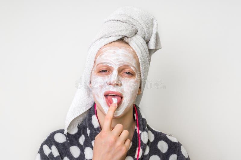 Mulher que aplica a máscara facial natural do creme de leite fotos de stock