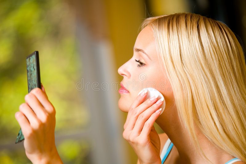 Mulher que aplica a nata imagens de stock