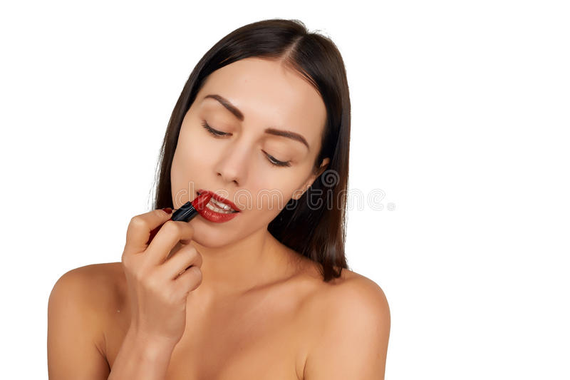 Mulher que aplica o batom foto de stock