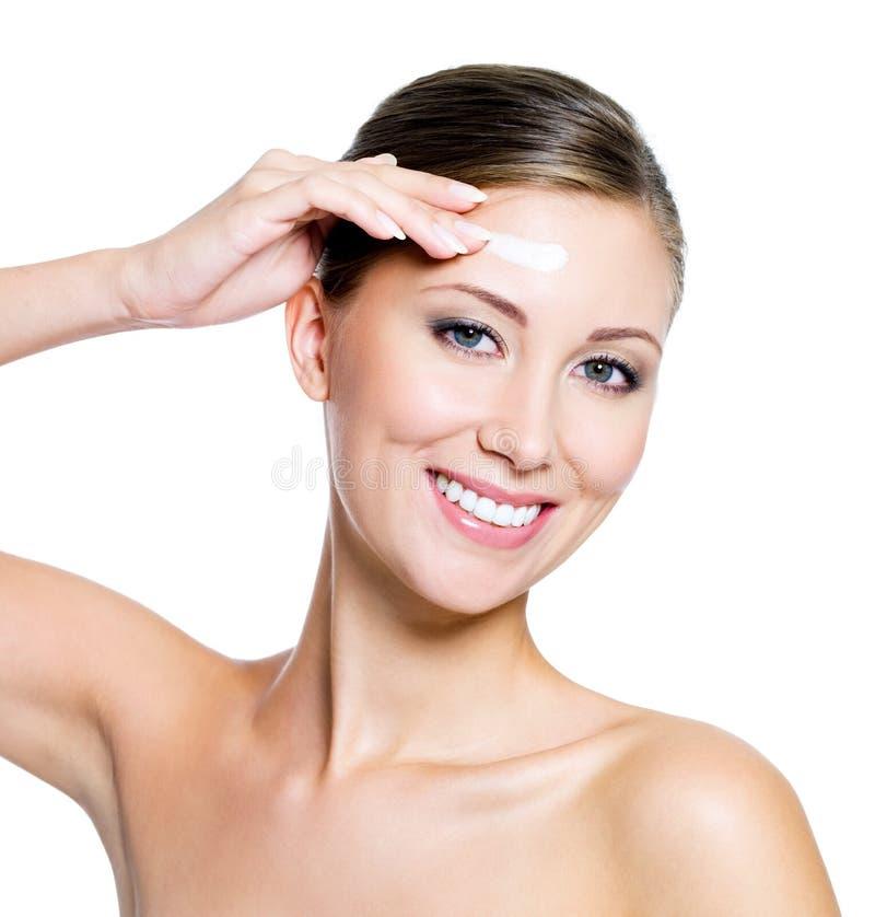 Mulher que aplica o creme cosmético foto de stock royalty free