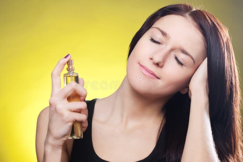 Mulher que aplica o perfume imagens de stock royalty free